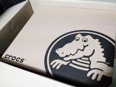 クロックス(crocs)のスエードボタンブーツの箱